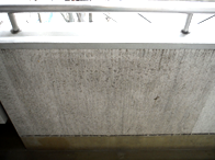排気ガスや雨だれ等により廊下壁部に汚れ、カビが発生してしまっています。